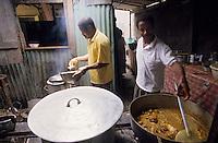 Europe/France/DOM/Antilles/Petites Antilles/Guadeloupe/Morne-à-l'eau : Pitt de Belair - Cuisson du colombo de poulet
