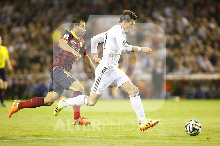 Real Madrid´s Gareth Bale (R) and F.C. Barcelona´s Mascherano during the Spanish Copa del Rey `King´s Cup´ final soccer match between Real Madrid and F.C. Barcelona at Mestalla stadium, in Valencia, Spain. April 16, 2014. (ALTERPHOTOS/Victor Blanco)