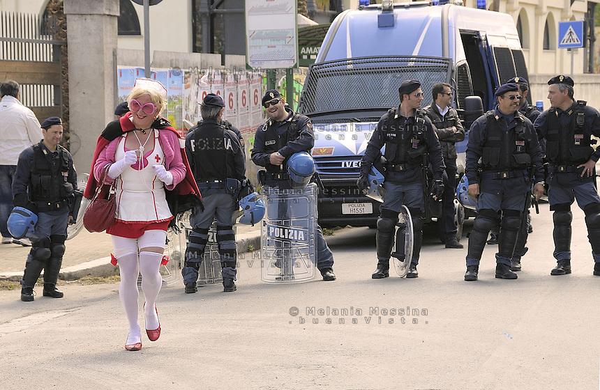 Palermo:manifestante mima un tentativo di sfondamento del cordone della polizia durante un presidio di protesta.<br /> <br /> Palermo: protester mimes an attempt to break through the police cordon during a protest.