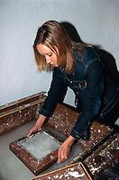 Slowenien. Burg Bogensperk, Papierherstellung