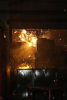 SAO PAULO, SP, 21.10.2013 - INCENDIO/GALPAO/PARQUE SAO LUCAS - Homens do Corpo de Bombeiros controlam incendio em galpao de material reciclavel na Avenida Professor Luiz Ignacio de anhaia Mello, 4000 no Parque Sao Lucas, regiao leste de Sao Paulo, dez viaturas na ocorrencia, ninguem ficou ferido, na noite desta segunda-feira, 21. (Foto: William Volcov / Brazil Photo Press).
