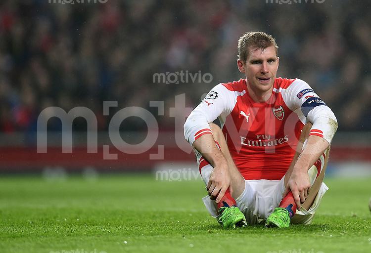 FUSSBALL   CHAMPIONS LEAGUE   SAISON 2014/2015   Vorrunde Arsenal London - Borussia Dortmund        26.11.2014 Per Mertesacker (Arsenal) sitz auf dem Rasen