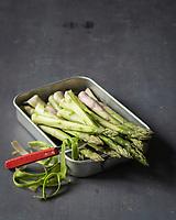 Gastronomie: Asperges vertes // Gastronomy: Green asparagus - Stylisme : Valérie LHOMME