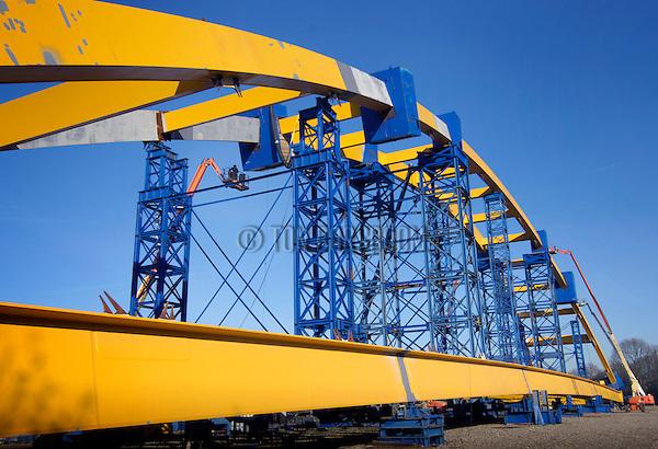 UTRECHT - Langs het Amsterdam-Rijnkanaal op een verlaten sportveld zijn medewerkers van de Belgische bouwcombinatie Combinatie HOV Combibrug bezig met de opbouw van de 170 meter lange Hogeweidebrug. De ruim 2000 ton zware stalen brug is de afgelopen maanden in diverse segmenten per scheep aangevoerd vanuit Belgie en moet nu in elkaar gezet worden. De boogbrug wordt gebouwd in opdracht van de gemeente Utrecht, is ontworpen door architect Maarten Struijs van het Ingenieursbureau Gemeentewerken Rotterdam, en moet eind 2007 klaar zijn. De bouwcombinatie bestaat uit CFE Beton- en Waterbouw en het staalconstructiebedrijf Victor Buyck Steel Construction verantwoordelijk voor de bouw van de genomineerde tuibruggen van Santiago Calatrava in de Haarlemmermeer, de IJbruggen in Amsterdam en de Utrechtse Prins Clausbrug en de Demkaspoorbrug. COPYRIGHT TON BORSBOOM .
