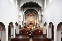 Nederland Amsterdam 2016. Goede Vrijdag viering in de Sint-Agneskerk. De Sint-Agneskerk in Amsterdam is een katholieke parochiekerk. De kerk, die gewijd is aan de martelares Sint Agnes, werd tussen 1919 en 1931 gebouwd door de architect Jan Stuyt. De kerk is in 1996 aangewezen als Rijksmonument. In de Agneskerk werd de Mis vanaf september 2006 opgedragen volgens de gewone vorm van de Romeinse ritus (Novus Ordo Missae) en de buitengewone vorm ervan (de Tridentijnse ritus). De bediening van de Tridentijnse ritus werd vanaf dat jaar in handen van twee priesters van de Priesterbroederschap Sint Petrus gegeven. Sinds Pasen 2009 wordt de heilige Mis in deze kerk vrijwel uitsluitend nog opgedragen volgens de Tridentijnse ritus. Met instemming van de bisschop van Haarlem-Amsterdam is de pastorie van de Agneskerk begin 2011 verheven tot Religieus Huis van de Petrusbroederschap. Het nieuwe klooster, gelegen naast de Agneskerk, heeft men Sint-Bonifacius gedoopt. Foto Berlinda van Dam