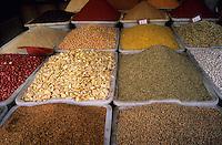 Afrique/Maghreb/Maroc/El-Jadida : Le marché - Détail d'un étal de graines et légumes secs