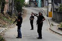 ATEN&Ccedil;&Atilde;O EDITOR: FOTO EMBARGADA PARA VE&Iacute;CULOS INTERNACIONAIS. - RIO DE JANEIRO,RJ,11 DE SETEMBRO DE 2012- OPERA&Ccedil;&Atilde;O  POLICIAL  FAVELA DA  CHATUBA- Policias do BOPE, BP CHOQUE, BAC, INTELIG&Ecirc;NCIA E CIVIS realizam  na manh&atilde; desta ter&ccedil;a-feira (11) uma  opera&ccedil;&atilde;o em conjunto atr&aacute; s dos traficantes que executaram  6 adolescentes e um cadete da  PMERJ, &uacute;ltimo final de semana.<br /> ( GUTO MAIA / BRAZIL PHOTO PRESS )