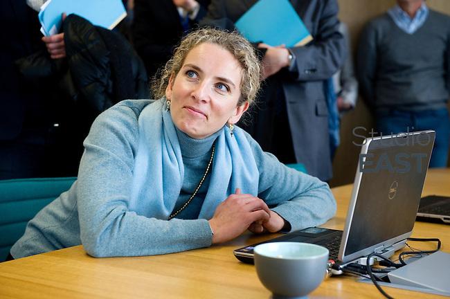 Mme Delphine Batho, ministre de l'environnement et de l'énergie, joue à une simulation de bourse d'échange d'énergies sur ordinateur, dans le showroom Recherche et développement de RTE, à Puteaux, près de Paris, France, le 30 mars 2013. Photo : Lucas Schifres