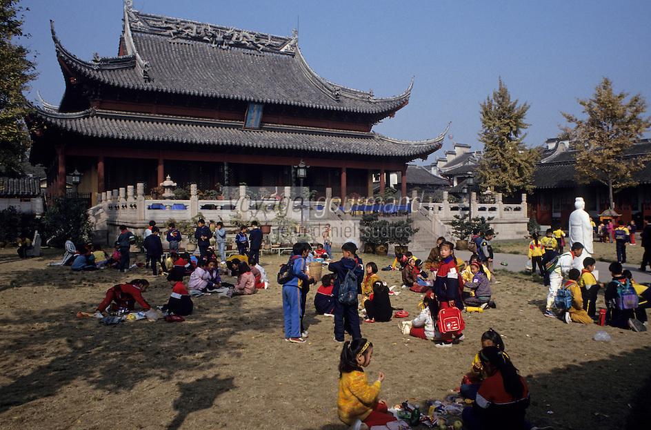 Asie/Chine/Jiangsu/Nankin: Quartier du Temple de Confucius - Enfants dans la cour du temple<br /> PHOTO D'ARCHIVES // ARCHIVAL IMAGES<br /> CHINE 1990