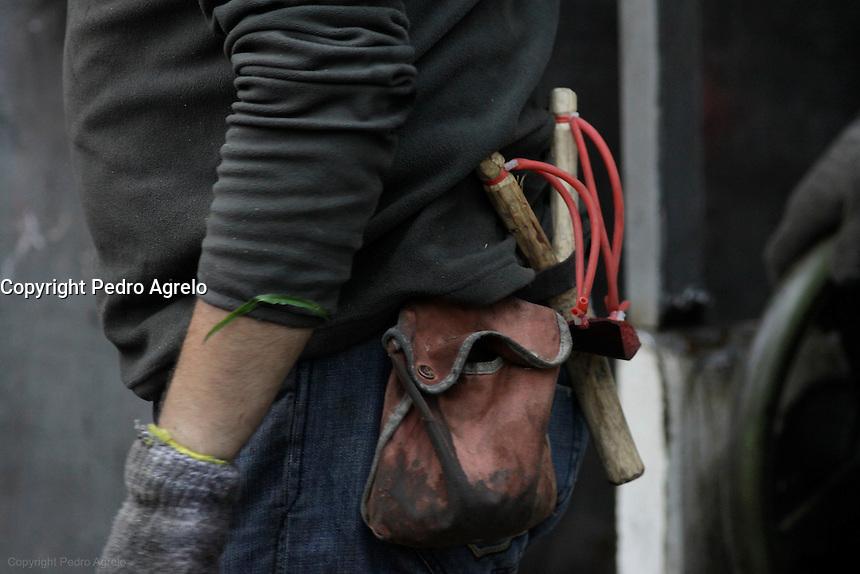 fecha: 18-06-2012 En el pozo Carrio, Barredos, en Pola de la Viana, los mineros toman el pozo durante la huelga general en las comarcas mineras, cortaron el corredor del Nalon, los antidisturbios controlaron la zona despues de que los piquetes de mineros se marcharan a comer. Foto: Pedro Agrelo