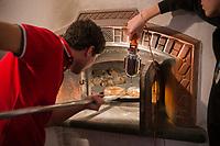 Italie, Val d'Aoste, Hône: Préparation de la Micoula pour  le marché de Noël, lors de la Fête de la Micoula, ce pain est typique de la Vallée d'Aoste - Le pain sucré appelé micoula est fait à base de farine intégrale de blé et de seigle, de châtaignes, raisins secs, beurre, oeufs, sel et sucre. - Cuisson et sortie du four // Italy, Aosta Valley, Hône: Preparation Micoula for the Christmas market at the Festival Micoula, this bread is typical Aosta Valley, - The sweet bread called micoula is made based on wholemeal wheat and rye, chestnuts, raisins, butter, eggs, salt and sugar-  baking and  oven exit