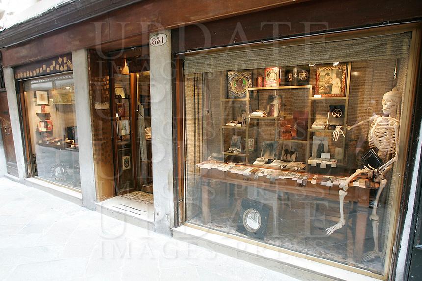 L'entrata dell'antica legatoria e libreria Charta, a Venezia.<br /> The entrance of the old bookbindery and bookshop Charta, in Venice.<br /> UPDATE IMAGES PRESS/Riccardo De Luca