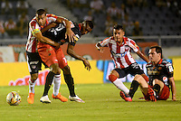 BARRANQUIILLA -COLOMBIA-21-05-2015: Macnelly Torres (Izq) del Atlético Junior disputa el balón con Didier Moreno (Der) jugador de Independiente Medellin durante partido de ida por los cuartos de final de la Liga Águila I 2015 jugado en el estadio Metropolitano Roberto Meléndez de la ciudad de Barranquilla./ Macnelly Torres (L) player of Atletico Junior vies for the ball with Didier Moreno (R) player of Independiente Medellin during the first leg match for the final quarters of the Aguila League I 2015 played at Metropolitano Roberto Melendez stadium in Barranquilla city.  Photo: VizzorImage/Alfonso Cervantes/Cont