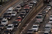 SAO PAULO, 24 DE JULHO DE 2012 - TRANSITO SP - Transito intenso nas Avenidas 23 de maio e Nove de Julho, sentido centro, altura do viaduto do cha, regiao central da capital no fim da tarde desta terca feira. FOTO ALEXANDRE MOREIRA - BRAZIL PHOTO PRESS
