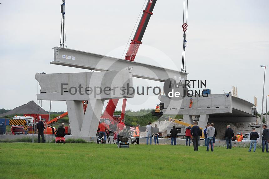 ALGEMEEN: JOURE: 11-07-2017, aanbrengen van liggers van de fly-overs bij knooppunt Joure, ©foto Martin de Jong