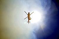 SANT107- QUILLÓN (CHILE).- Detalle de un helicóptero aljibe colaborando en las labores de control del fuego en los alrededores de Quillón, una localidad rural ubicada a 450 kilómetros al sur de Santiago. Los incendios forestales que desde hace una semana afectan a las regiones de Magallanes, Biobío y El Maule han destruido hasta el momento unas 37.400 hectáreas de vegetación y han obligado al cierre del parque Torres del Paine, un vasto territorio natural reserva de la Biosfera situado en la Patagonia chilena. EFE/ARIEL MARINKOVIC