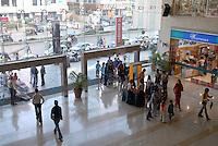 "Südasien Asien Indien IND Mumbai , Verkehr und Einkaufszentrum City Mall in Andheri West. - Konsum Inder indisch xagndaz | .South Asia India Mumbai , young traffic and shopping mall in surburban Andheri .  - consumerism consumer traffic transport .| [ copyright (c) Joerg Boethling / agenda , Veroeffentlichung nur gegen Honorar und Belegexemplar an / publication only with royalties and copy to:  agenda PG   Rothestr. 66   Germany D-22765 Hamburg   ph. ++49 40 391 907 14   e-mail: boethling@agenda-fototext.de   www.agenda-fototext.de   Bank: Hamburger Sparkasse  BLZ 200 505 50  Kto. 1281 120 178   IBAN: DE96 2005 0550 1281 1201 78   BIC: ""HASPDEHH"" ,  WEITERE MOTIVE ZU DIESEM THEMA SIND VORHANDEN!! MORE PICTURES ON THIS SUBJECT AVAILABLE!! INDIA PHOTO ARCHIVE: http://www.visualindia.net ] [#0,26,121#]"