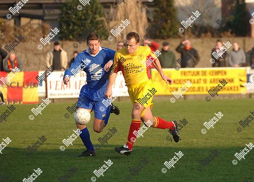 Verbr. Arendonk - FC Duffel: Benny Maes (L) met Gunther de Backer van Duffel
