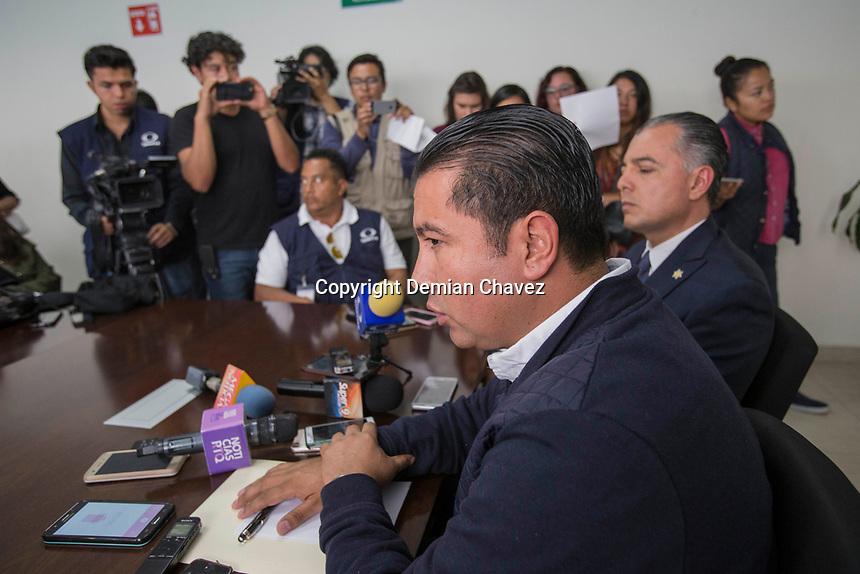 Quer&eacute;taro, Qro. 19 de julio de 2017.- Inicia Fiscal&iacute;a General del Estado investigaci&oacute;n por los hechos ocurridos en un m&oacute;dulo de la Polic&iacute;a Municipal de Quer&eacute;taro<br /> &nbsp;<br /> El secretario de Seguridad P&uacute;blica Municipal, Juan Luis Ferrusca Ortiz, se&ntilde;al&oacute; que en seguimiento a la informaci&oacute;n proporcionada y derivada de los hechos ocurridos en un m&oacute;dulo de la Polic&iacute;a Municipal de Quer&eacute;taro, la Fiscal&iacute;a General del Estado ha dado inicio a la carpeta de investigaci&oacute;n CI/QRO22529/2017, por lo que dicha instancia ha girado la instrucci&oacute;n jur&iacute;dica de mantener en reserva el tipo de armas por razones de investigaci&oacute;n y seguridad.<br /> &nbsp;<br /> En rueda de prensa, acompa&ntilde;ado por el secretario General de Gobierno, Manuel Vel&aacute;zquez Pegueros, el secretario de seguridad indic&oacute; que los veintis&eacute;is elementos adscritos al grupo de motociclistas, est&aacute;n siendo entrevistados por el Fiscal competente, adem&aacute;s orden&oacute; sean canalizados al Centro Estatal de Evaluaci&oacute;n y Control de Confianza para la aplicaci&oacute;n de los protocolos nacionales que establece el Centro Nacional de Evaluaci&oacute;n y Certificaci&oacute;n en esta materia.<br /> Adem&aacute;s se&ntilde;al&oacute; que acord&oacute; con el Comandante de la XVII Zona Militar, General de Brigada de Estado Mayor Carlos C&eacute;sar G&oacute;mez L&oacute;pez, para llevar a cabo una revisi&oacute;n extraordinaria del armamento con que cuenta esta secretar&iacute;a.<br /> &nbsp;<br /> Puntualizo que gir&oacute; la instrucci&oacute;n para reforzar la seguridad en todos aquellos espacios f&iacute;sicos donde labora personal policial.<br /> <br /> Foto: Demian Ch&aacute;vez