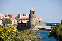 Europe/France/Languedoc-Roussillon/66/Pyrénées-Orientales/Collioure:le port et l'église avec son clocher dome qui fut l'ancien phare du port