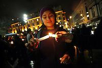 """SCH06. SANTIAGO (CHILE), 16/08/2011.- Cientos de manifestantes participan hoy, martes 16 de agosto de 2011, en una """"velatón"""" en apoyo a los estudiantes que realizan una huelga de hambre desde hace 29 días y que demandan una educación pública, gratuita y de calidad, en Santiago (Chile). EFE/Felipe Trueba.."""