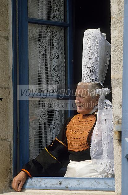 Europe/France/Bretagne/29/Finistère/Pont-l'Abbé : Maria la bigoudène à sa fenêtre [Non destiné à un usage publicitaire - Not intended for an advertising use]<br /> PHOTO D'ARCHIVES // ARCHIVAL IMAGES<br /> FRANCE 1990