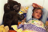 Bambino a letto con la febbre.Child in bed