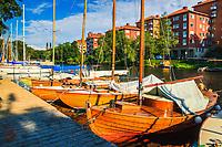Segelbåtar i trä vid brygga på Långholmen Stockholm