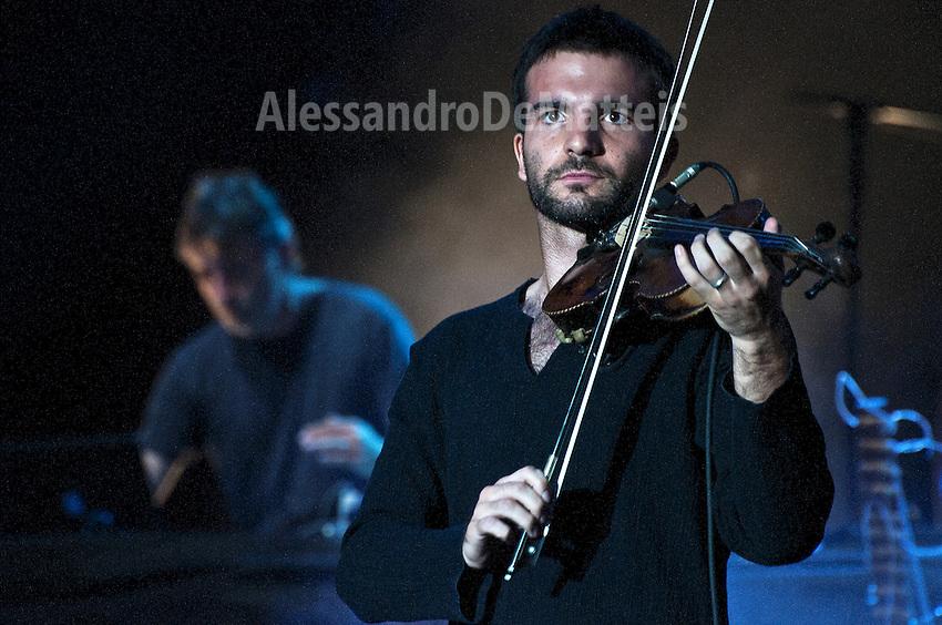 Notte della Taranta 2011 - Prove del Concerto - 26 agosto 2011 - Le prove del Concertone tenutosi il 27 agosto 2011 durano 4 ore e mezzo e ripercorrono il concerto mantenendo la stessa atmosfera.