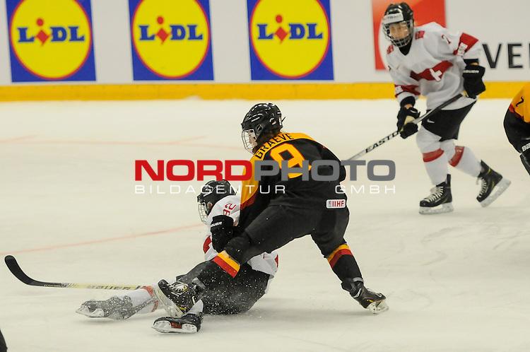 28.03.2015, Rosengards Ishall, Malm&ouml; , SWE, IIHF Eishockey Frauen WM 2015, Deutschland (GER) vs Schweiz (SUI), im Bild Rebecca GRAEVE(#9, EC Bergkamen) ringt Sandra THALMANN (#92, SC Reinach) nieder<br /> <br /> ***** Attention nur f&uuml;r redaktionelle Berichterstattung *****<br /> <br /> Foto &copy; nordphoto / Hafner