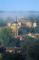 Europe/France/Rhône-Alpes/69/Rhône/Jarnioux: Brumes sur l'église, le Château et le vignoble du Beaujolais