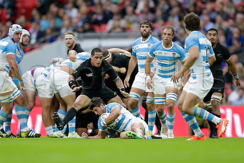 20.09.2015. London, England. Rugby World Cup. New Zealand versus Argentina.  New Zealand scrumhalf Aaron Smith prepares to pounce on opposite number Argentina scrumhalf Tomas Cubelli