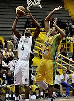 BOGOTA - COLOMBIA - 21-02-2013: Edgar Arteaga (Izq.) de Piratas de Bogotá, disputa el balón con Pérez Solano (Der.) de Bambuqueros de Neiva, febrero 21 de 2013. Piratas y Bambuqueos inauguraron la Liga Directv Profesional de baloncesto en partido jugado en el Coliseo El Salitre. (Foto: VizzorImage / Luis Ramírez / Staff). Edgar Arteaga (L) Pirates of Bogotá, fights for the ball with Pérez Solano (R) of Bambuqueros of Neiva, February 21, 2013. Pirates and Bambuqueos opened the Directv Professional League basketball, game at the Coliseum El Salitre. (Photo: VizzorImage / Luis Ramirez / Staff). .
