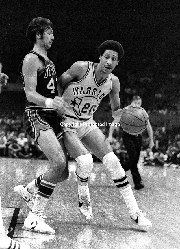 Warrior Phil Smith guarded by Detroit Piston #42 Chris Ford. (1976 photoby Ron Riesterer)