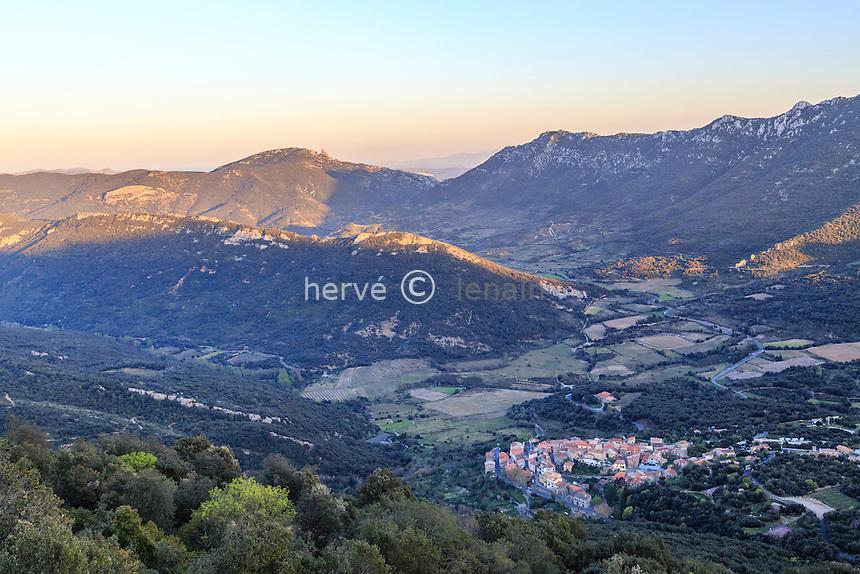 France, Aude (11), Duilhac-sous-Peyrepertuse, le village le soir dans le massif des Corbières// France, Aude, Duilhac-sous-Peyrepertuse, the village in the evening