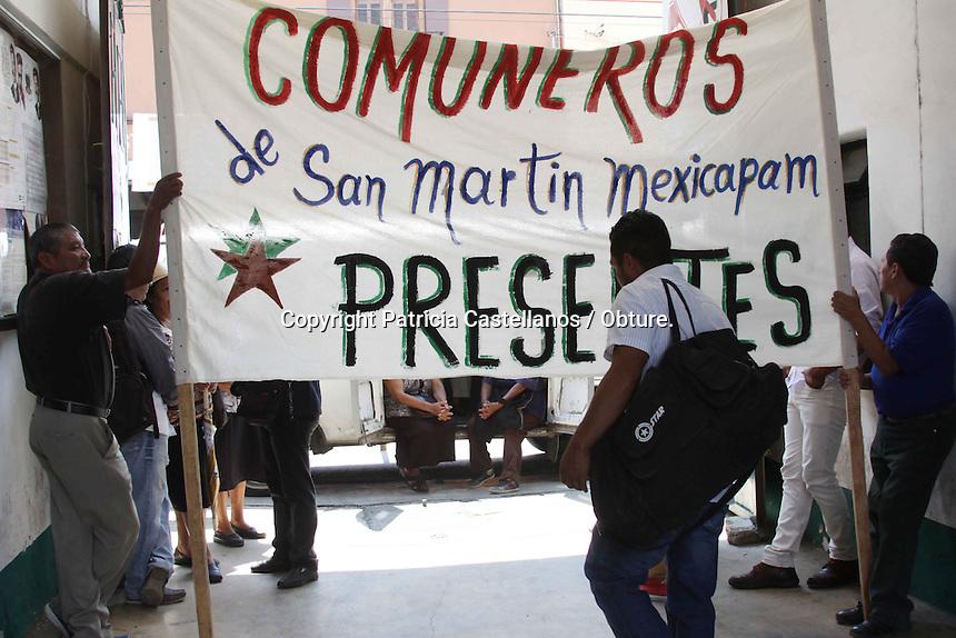 Oaxaca de Ju&aacute;rez, Oax. 13/04/2015.-Integrantes del comisariado de San Mart&iacute;n Mexicapam tomaron las instalaciones de la Procuraduria Agraria ubicadas en la calle de J. P Garc&iacute;a, lo anterior ante la indiferencia a su petici&oacute;n del retiro de invasores en territorios de los comuneros, ante esta apat&iacute;a, los manifestantes amagaron con permanecer en esta dependencia y el d&iacute;a de ma&ntilde;ana tomar el crucero que se encuentra previo a la entrada de la zona arqueol&oacute;gica de Monte Alb&aacute;n y cobrar el peaje a los turistas, lo anterior como parte de su protesta, as&iacute; mismo afirmaron que esta situaci&oacute;n es demasiado tensa, por lo que en cualquier momento podr&iacute;a resultar en un derramamiento de sangre.<br /> <br />  <br /> <br /> En este contexto el presidente del comisariado, Gabriel Fernando D&iacute;az Cruz, el tesorero, Alejo Marcelino Morales Arellanes, el secretario, Mar&iacute;o P&eacute;rez Cortez, as&iacute; como todos los comuneros de esta zona, argumentaron que ellos han venido enfrentando una lucha ancestral, ya que aseguraron ellos son descendientes de nativos de esta &aacute;rea desde tiempos inmemorables, por lo que no permitir&aacute;n ser despojados de sus tierras.<br /> <br />  <br /> <br /> Las gentes que viven en San Mart&iacute;n, son gente originales, son hijos de los zapotecas,  hay rasgos &eacute;tnicos muy marcados, precisamente porque la gente que vive en San Mart&iacute;n fue de las primeras localidades en el territorio Oaxaque&ntilde;o en el Valle que se marco como los primeros asentamientos humanos y hasta el momento no se ha hecho justicia, y desde esos tiempos inmemorables no se ha podido delimitar su pol&iacute;gono, indicaron.<br /> <br />  <br /> <br /> Por su parte, el activista y ambientalista, Nazario Garc&iacute;a quien acompa&ntilde;o a los inconformes en esta acci&oacute;n, indic&oacute; que ha existido incompetencia por parte de los representantes de las dependencias tal
