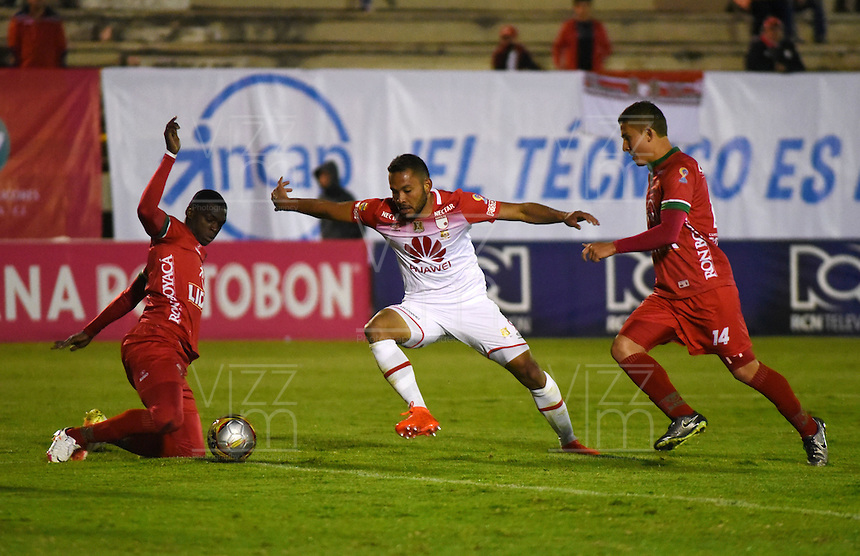 TUNJA -COLOMBIA, 11-09-2016. Nicolas Carreño (Der.)  jugador de Patriotas FC disputa el balón con Juan Falcon  (Centro) del Independiente Santa Fe  durante encuentro  por la fecha 11 de la Liga Aguila II 2016 disputado en el estadio de  La Independencia./ Nicolas Carreno (R) player of Patriotas FC fights for the ball withJuan Falcon (center) player of Indendiente Santa Fe  during match for the date 11 of the Aguila League II 2016 played at La Independencia  stadium . Photo:VizzorImage / César Melgarejo   / Cont