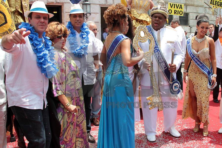 RIO DE JANEIRO; RJ; 08 DE FEVEREIRO 2013 - INÍCIO OFICIAL DO CARNAVAL DO RIO DE JANEIRO - O prefeito Eduardo Paes ao lado de Alcione na entrega a chave da cidade para a Corte Real do Carnaval - Rei Momo, rainha e princesas - oficializando o início da festa no Rio. FOTO: NÉSTOR J. BEREMBLUM - BRAZIL PHOTO PRESS.
