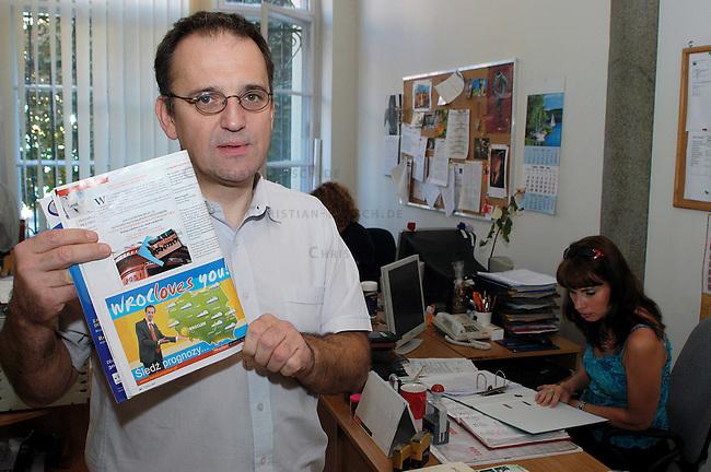 Pawet Romaszkan, Leiter der Kampagne &quot;WrocLoves You&quot; mit der Exilpolen aus England zurueck nach Wroclaw geholt werden sollen.<br /> Pawet Romaszkan, Office director of the Campagne &quot;Wrocloves you&quot;.<br /> 17.7.2006, Wroclaw/Poland<br /> Copyright: Christian-Ditsch.de<br /> [Inhaltsveraendernde Manipulation des Fotos nur nach ausdruecklicher Genehmigung des Fotografen. Vereinbarungen ueber Abtretung von Persoenlichkeitsrechten/Model Release der abgebildeten Person/Personen liegen nicht vor. NO MODEL RELEASE! Nur fuer Redaktionelle Zwecke. Don't publish without copyright Christian-Ditsch.de, Veroeffentlichung nur mit Fotografennennung, sowie gegen Honorar, MwSt. und Beleg. Konto: I N G - D i B a, IBAN DE58500105175400192269, BIC INGDDEFFXXX, Kontakt: post@christian-ditsch.de<br /> Bei der Bearbeitung der Dateiinformationen darf die Urheberkennzeichnung in den EXIF- und  IPTC-Daten nicht entfernt werden, diese sind in digitalen Medien nach &sect;95c UrhG rechtlich geschuetzt. Der Urhebervermerk wird gemaess &sect;13 UrhG verlangt.]