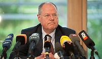 Berlin, der SPD-Kanzlerkandidat Peer Steinbrück sitzt am Donnerstag (02.05.13) in der Landesvertretung Nordrhein-Westfalen in Berlin nach einem Treffen der SPD-Ministerpräsidenten bei einer Pressekonferenz..Foto: Steffi Loos/CommonLens
