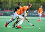 BLOEMENDAAL - Floris Wortelboer (Bldaal) met Jasper Tukkers (Den Bosch)    tijdens de hoofdklasse competitiewedstrijd hockey heren,  Bloemendaal-Den Bosch (2-1) COPYRIGHT KOEN SUYK