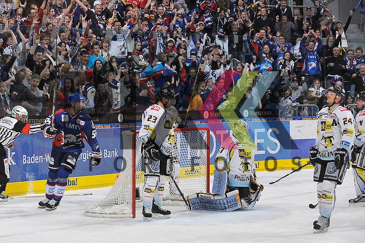 Mannheims Jochen Hecht (Nr.55) jubelt und Niedergeschlagen sind Krefelds Herberts Vasiljevs (Nr.23), Krefelds Scott Langkow (Nr.37) und Krefelds Boris Blank (Nr.24) beim Spiel in der DEL, Adler Mannheim - Krefeld Pinguine.<br /> <br /> Foto &copy; Ice-Hockey-Picture-24 *** Foto ist honorarpflichtig! *** Auf Anfrage in hoeherer Qualitaet/Aufloesung. Belegexemplar erbeten. Veroeffentlichung ausschliesslich fuer journalistisch-publizistische Zwecke. For editorial use only.