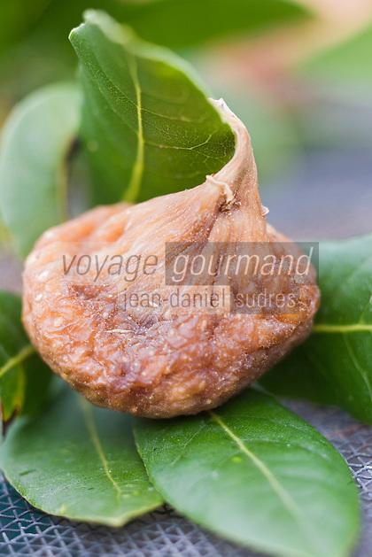 Europe/France/Languedoc-Roussillon/30/Gard / Vézénobres: Séchage des  figues des vergers du village avec des feuilles de laurier selon la tradition.