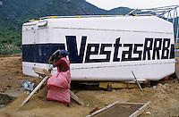 INDIA Tamil Nadu, Muppandal, construction of Vestas wind turbine, Vestas RBB is a danish indian Joint Venture, montage machine house / INDIEN Tamil Nadu Muppandal, Aufbau einer Windkraftanlage der Firma Vestas RBB , ein daenisch indisches Joint Venture, Windpark am Kap Comorin, Montage des Maschinenhaus