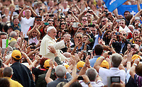Papa Francesco saluta i fedeli al suo arrivo all'udienza generale del mercoledi' in Piazza San Pietro, Citta' del Vaticano, 15 ottobre 2014.<br /> Pope Francis waves to faithful as he arrives for his weekly general audience in St. Peter's Square at the Vatican, 15 October 2014.<br /> UPDATE IMAGES PRESS/Isabella Bonotto<br /> <br /> STRICTLY ONLY FOR EDITORIAL USE