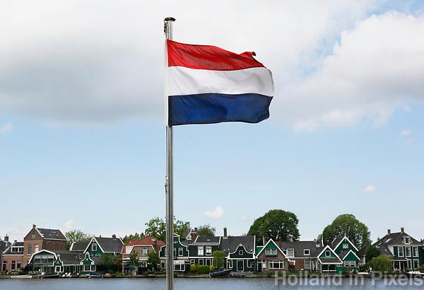 Nederland Zaanstad  2017 -   Nederlandse vlag. Zicht op Gortershoek.   Foto Berlinda van Dam / Hollandse Hoogte