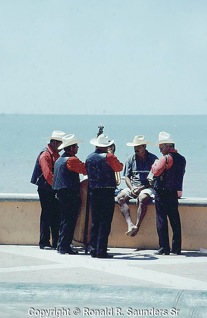 MEXICAN STREET MUSICIANS PERFORM FOR MAN