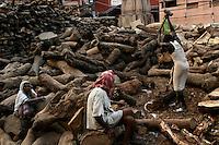 27.11.2008 Varanasi(Uttar Pradesh)<br /> <br /> Man breaking wood in a cremation ghat(Manikarnika).<br /> <br /> Homme cassant le bois sur un ghat de crémation(Manikarnika).