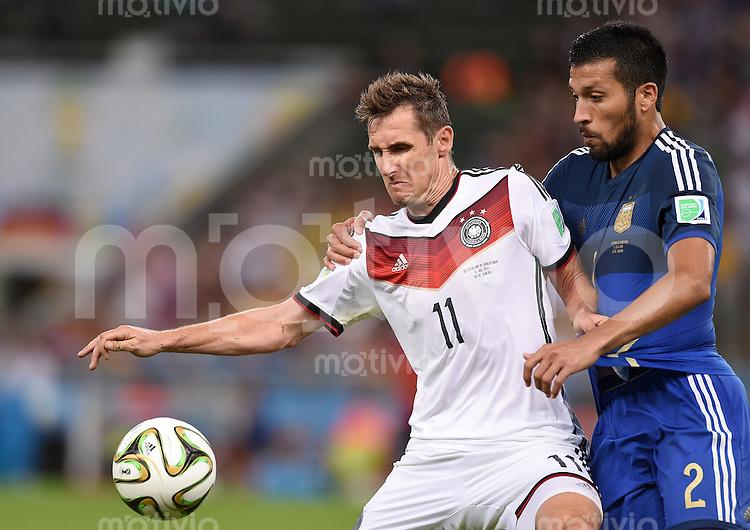 FUSSBALL WM 2014                FINALE Deutschland - Argentinien     13.07.2014 Miroslav Klose (li, Deutschland) gegen Ezequiel Garay (re, Argentinien)