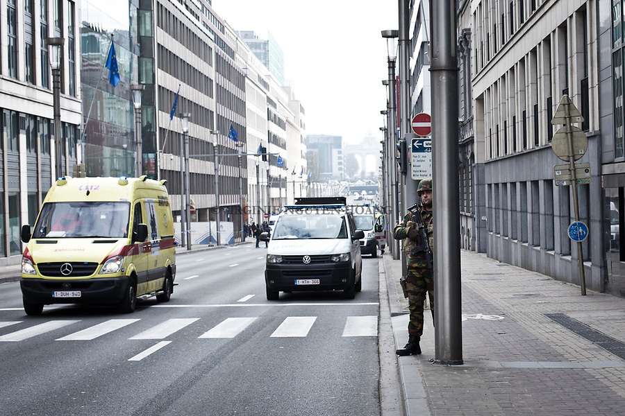 BRUXELLES, Belgique: Rue de la Loi à quelques mètres de Maelbeek. PLusieurs ambulances ont fait des aller/retour et l'armée a été déployée, le 22 mars 2016. De mutiples attentats ont eu lieu à Bruxelles. Dans la matinée du 22 mars 2016 des attaques ont eu lieu à l'aeroport de Zaventem et dans la station de métro de Mealbeek. Ces attaques terroristes ont fait 31 morts et 340 blessés à Bruxelles.
